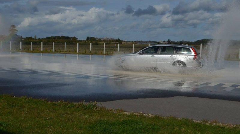 Vairavimo įgūdžių tobulinimas ekstremaliose sąlygose su Volvo automobiliais